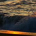 写真: 日本海の夕暮れと、打ち寄せる波