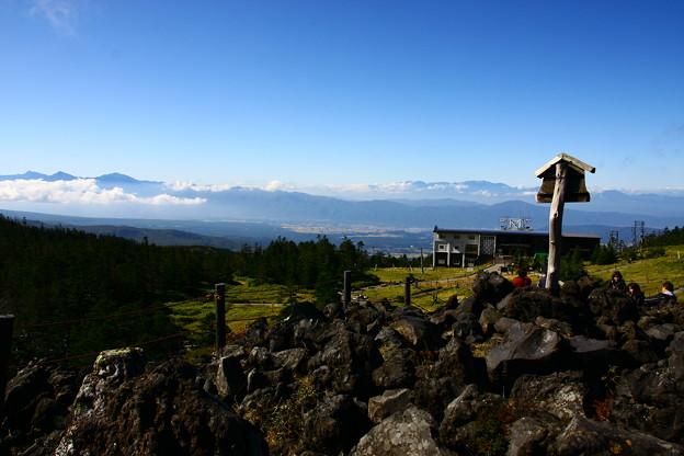 北八ヶ岳坪庭 背景に南アルプスと中央アルプス