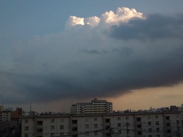 すごい雲だな。あの下は雨だろう。