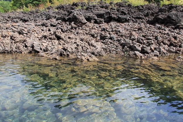 写真: 底の溶岩帯もはっきり見えるくらい澄んだ水