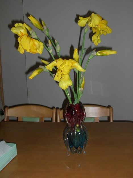花瓶の小さな黄色い花