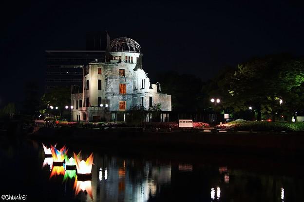 原爆ドームと折鶴フロート