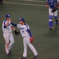 写真: 田島投手ハイタッチ。