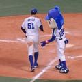写真: ドアラと京田選手。