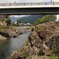 写真: 見つめる川面