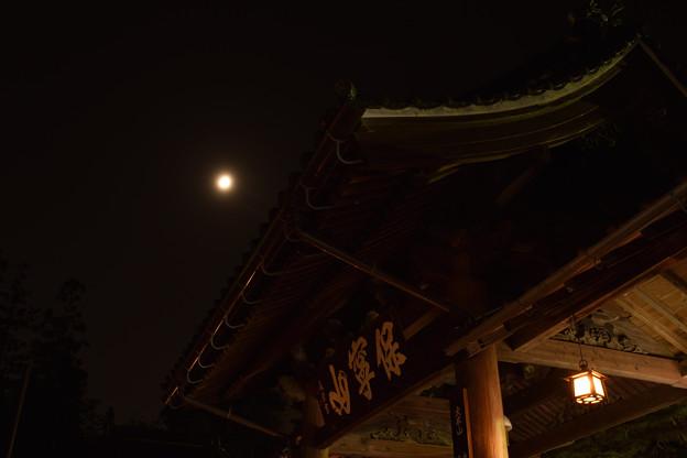 中門から月
