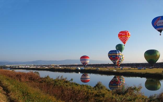 気球と列車と映り込み