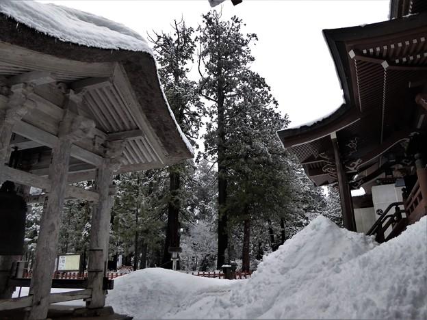 雪の出羽神社