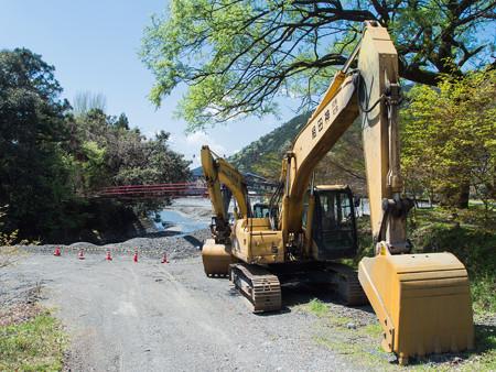 小長井河内川に掛かる吊橋と重機