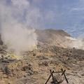 写真: 硫黄山「これから先は立ち入り禁止」