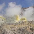 写真: 硫黄山「黄色い噴気孔」