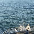 波と釣り人