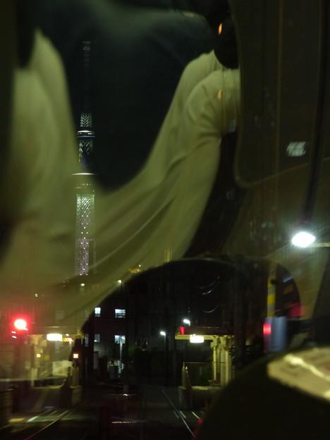 夜はライトアップでそびえる東京スカイツリー