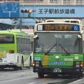 雨の北本通り王子駅前を往来する路線バス(1)