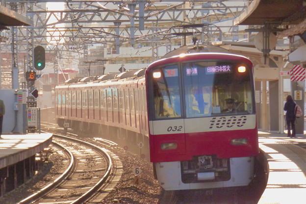 昼下がりの陽射を車体側面に浴びながら八広駅に到着する「赤い電車」