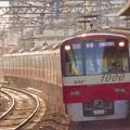 写真: 昼下がりの陽射を車体側面に浴びながら八広駅に到着する「赤い電車」