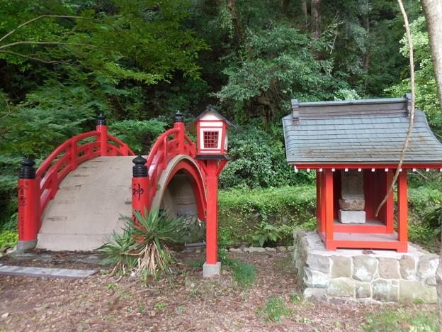 赤い祠と太鼓橋