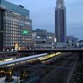 写真: 黄昏新宿駅