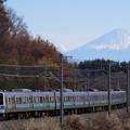 写真: 富士山を背に駆ける211系@長坂~小淵沢