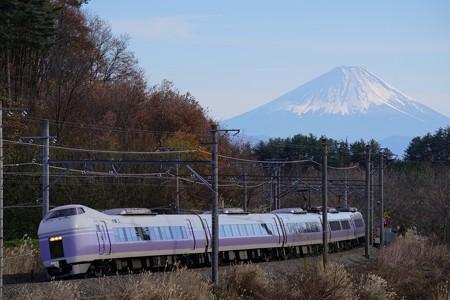 富士山を背に駆けるE351系特急スーパーあずさ@長坂~小淵沢