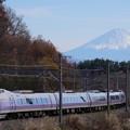 写真: 富士山を背に駆けるE351系特急スーパーあずさ@長坂~小淵沢