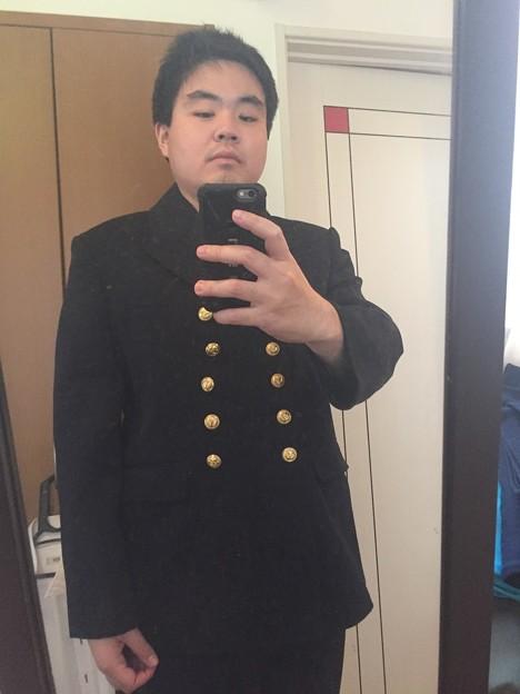 ドイツ海軍の軍装を着て写真を撮っています