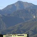 写真: 小海線と甲斐駒ヶ岳