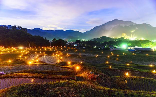 写真: 篝火と武甲山
