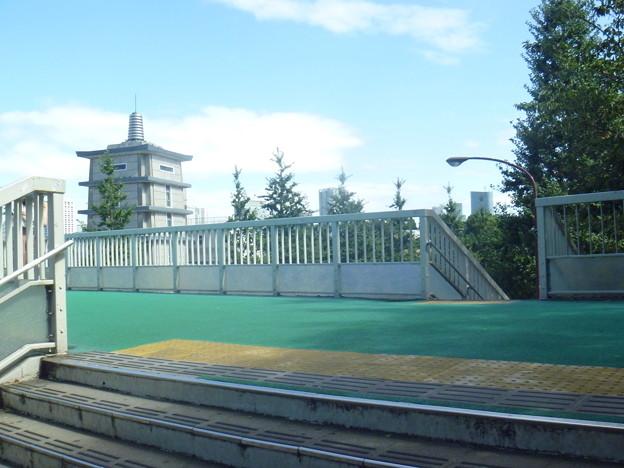 信濃町駅前歩道橋(昼)