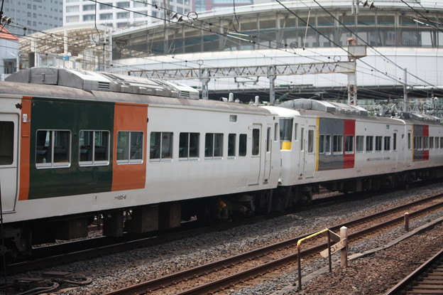 185系 Express色と湘南ブロック色との併結