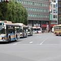 横浜市営バス 交差点に集結