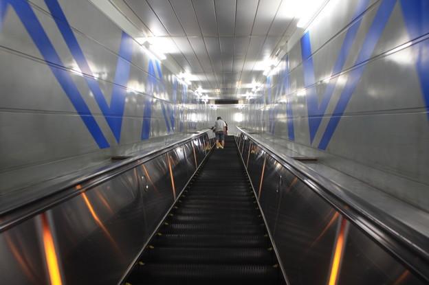 住之江公園駅 改札口からニュートラム南港ポートタウン線ホームまでのエスカレーター