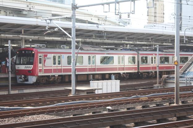 横浜駅を発車する京急新1000形