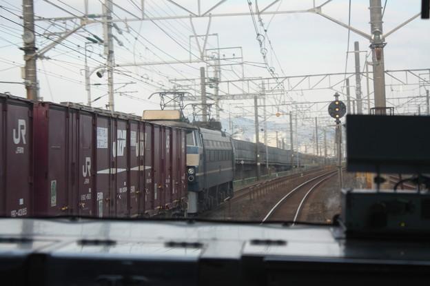東海道線普通電車の車内から見るEF66 27牽引のコンテナ貨物
