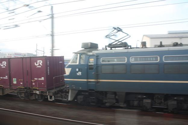 東海道線普通電車の車内から見るEF66 27牽引のコンテナ貨物 (1)