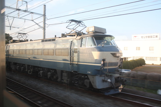 東海道線普通電車の車内から見るEF66 27 (2)