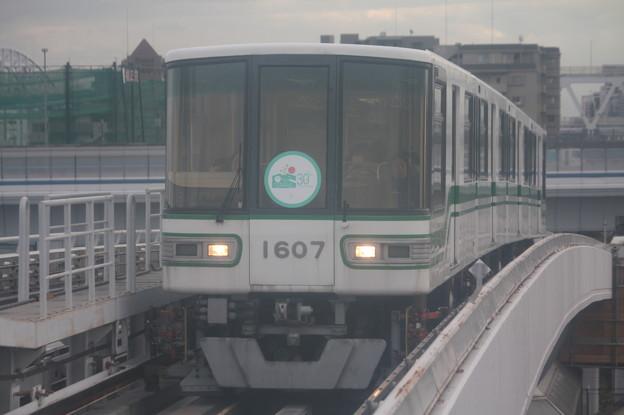 神戸新交通六甲ライナー 1000形1107F 「六甲アイランド30周年」ヘッドマーク付き