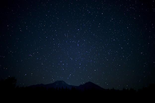 星降る妙高山を電球色で