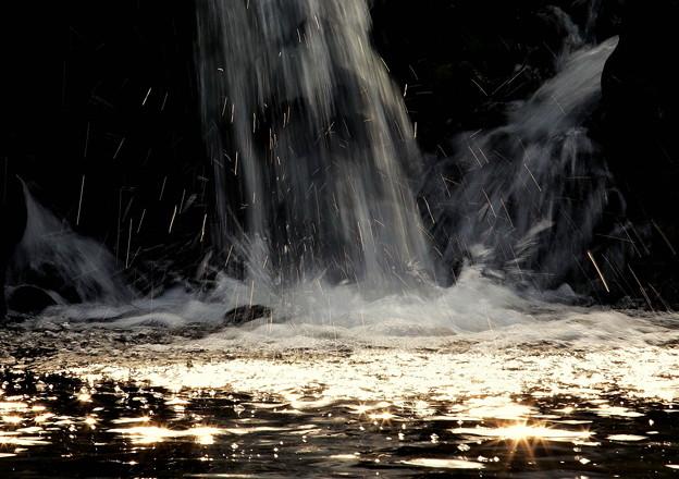 写真: 光る飛沫