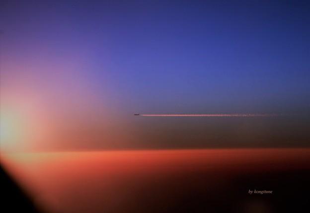 写真: 遥か飛行機雲