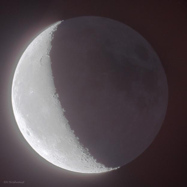 写真: 望遠鏡で見た月