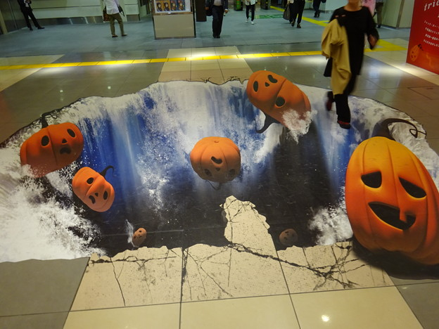 ハロウィンかぼちゃが落ちてくー!