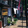 写真: 湖畔の店並み