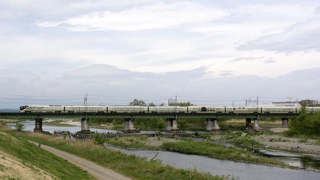 四季島、多摩川を渡る