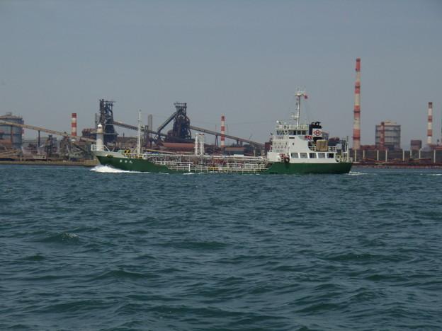 東播磨港を出港するタンカー 勇幸丸