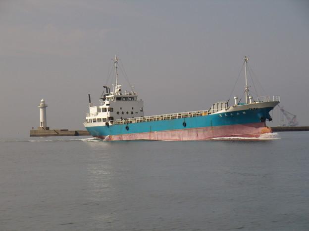 東播磨港に入港する第三久美丸