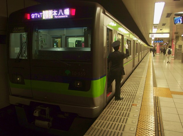 都営新宿線新宿駅5番線 都営10-550F各停本八幡行き側面よし