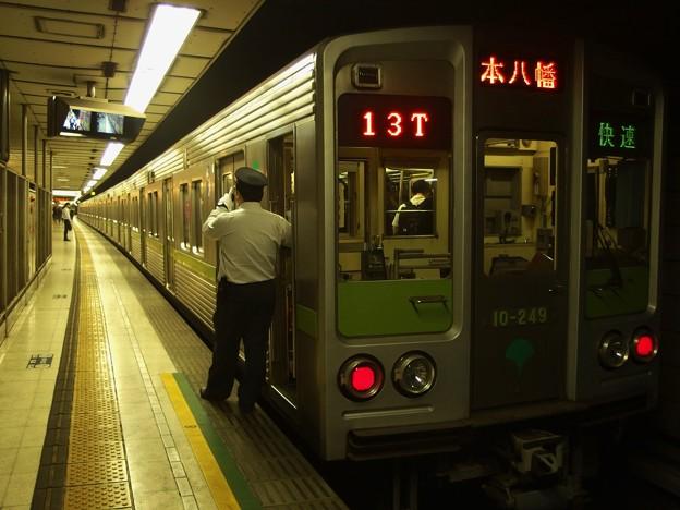 京王新線初台駅2番線 都営10-240F快速本八幡行き側面よし