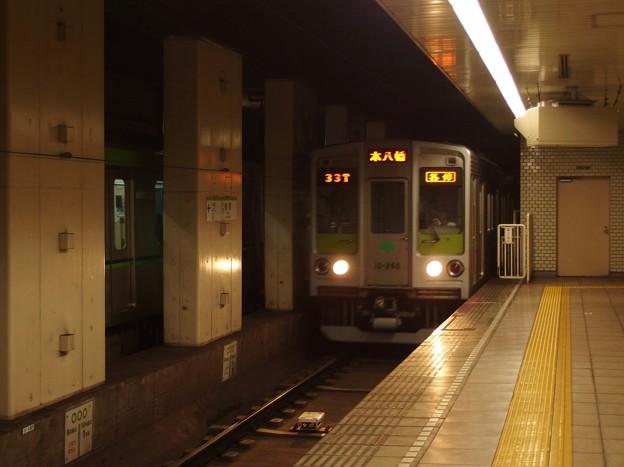 都営新宿線住吉駅2番線 都営10-260F各停本八幡行き進入
