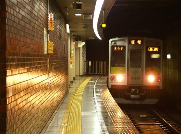 都営新宿線小川町駅3番線 都営10-250F各停笹塚行き進入